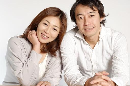 人物 男性 女性 30代 カップル 夫婦 新婚 結婚 家族 ファミリー 二人 仲良し 笑顔 スマイル 微笑む 寄りかかる 寄り添う 愛情 爽やか 優しい 楽しい 明るい カメラ目線 ポートレート 白背景 白バック スタジオ撮影 日本人  mdjf043 mdjm023