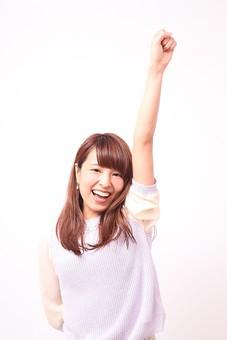 人 人間 人物 人物写真 ポートレート ポートレイト 女性 女 女の人 若い女性 女子 レディー 日本人 茶髪 ブラウンヘア セミロングヘア  白色 白背景 白バック ホワイトバック  手 指 ポーズ  笑顔 笑う  歯 腕を伸ばす 手を挙げる 手を上げる 握り拳 拳骨 ファイト 頑張る 応援 励ます 勇気づける 勝ち鬨 手のポーズ mdfj012