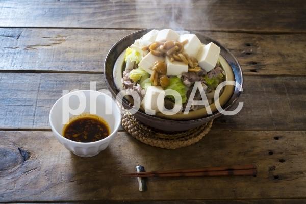 豆腐や白菜などいろいろ野菜と豚肉のタジン鍋の写真