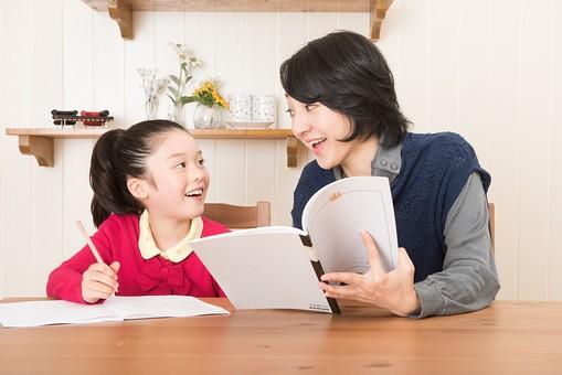 人物 日本人 家族 ファミリー 親子  母子 お母さん おかあさん ママ 子供  こども 娘 女の子 小学生 勉強  学習 教育 宿題 家庭学習 部屋  リビング テーブル 見守る 教える 指導 コミュニケーション 笑顔 優しい ノート  mdjf017 mdfk014