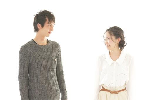 人物 男性 男子 女性 女子 若い デート カップル アベック 夫婦 新婚 白バック 白背景 部屋 室内 日常 生活 仲良し 笑顔 円満 楽しい 視線 アイコンタクト 目線 見つめる 日本人 mdjm008 mdjf026