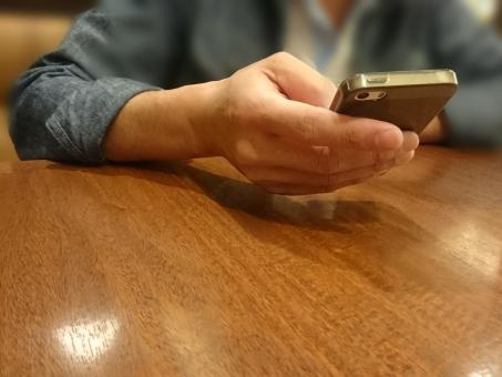 スマートフォン,スマホ,スマフォ,スマートホン,持つ,携帯電話,通信,電話,通話,モバイル,ボディパーツ,タッチパネル,, 画面,, 通信機器,デジタル家電,モバイル機器,ビジネス,操作,端末,道具,デバイス,インターネット,メール,タップ,フリック,人物,手,, 指,, 手元,, コピースペース,テキストスペース,余白,デート,連絡する,話す,男性の手,SNS,ファミレス,ファミリーレストラン,喫茶店,カフェ,テーブル,, 指先, ジーンズ, デニム, シャツ, テキストサム, ブルーライト, スマホ腱