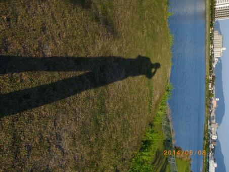 シャドウ 伸びる 足長おじさん 池のほとりで 夕方 日が沈む