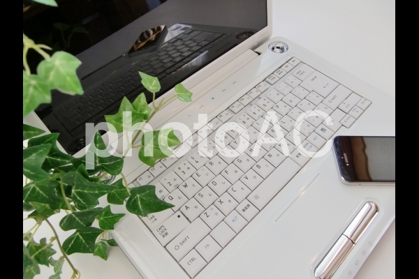 ノートパソコンとスマホの写真