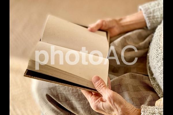 座って本を読む高齢者の写真