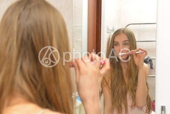 歯磨きをする外国人女性3の写真