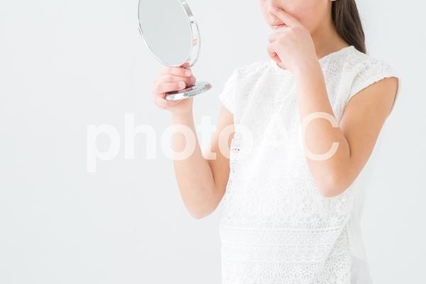 鼻を触る女の子の写真