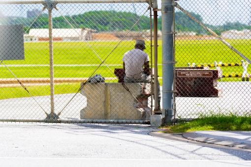 軍人 アメリカ 基地 軍隊 ゲート 嘉手納 兵士 沖縄 フェンス 空港 ベース 門番 見張り セキュリティ 訓練 後ろ姿 哀愁 米国 米軍