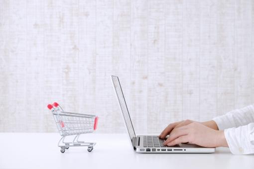 ノートパソコン ノートPC パソコン ビジネスシーン カート 買い物カート 買い物 インターネット ショッピング ネットショッピング ネットサーフィン IT ネットサーフィン 自然光 明るい 白 手 キーボード ボディーパーツ