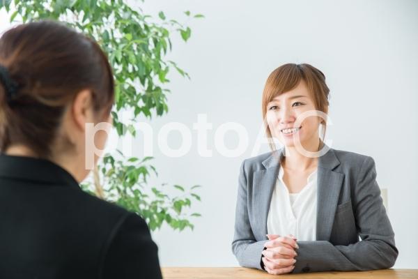 話を聞くビジネスウーマンの写真