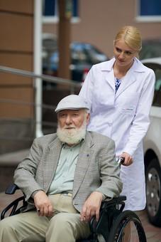 病院 医院 診療所 屋外 外 外国人 白人 男性 老人 高齢 高齢者 おじいさん おじいちゃん 髭 ヒゲ ひげ 白髪 女性 金髪 白衣 車椅子 車いす 座る 乗る 乗せる 上着 ジャケット ハンチング帽 押す 女医 医者 医師 mdjms016       mdff142