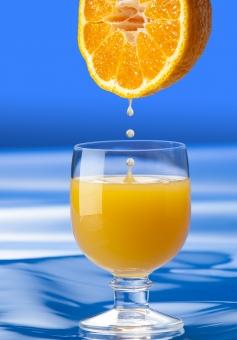 デコポンの果汁がグラスに落ちる瞬間−3の写真