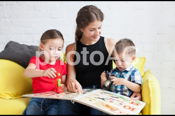子どもと遊ぶベビーシッター40の写真
