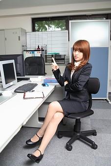 人物 日本人 仕事 ビジネス 会社員  社員 屋内 室内 社内 デスクワーク  オフィス 事務所 会社 女性 OL 全身 スーツ イス 椅子 座る 指差し ポイント 示す 解説 分析 説明 腕組み 足を組む オーバーリアクション mdfj012