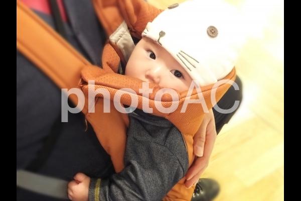 パパに抱っこされる赤ちゃん 5の写真