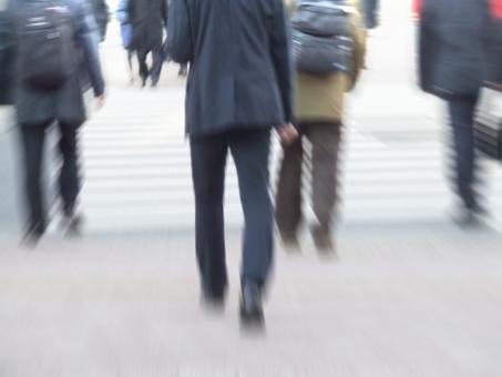 歩行者 横断歩道 人 人々 歩道 歩行 歩く 通勤 東京 ビジネス ビジネスマン 会社員 人ごみ 後ろ姿 日本 日本人 人混み 人物 都市 都会 慌ただしい 忙しい 企業 会社 群衆 ブレ 繁忙 日常
