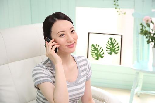 女性 若い女性 女 人物 部屋 一人暮らし リラックス 日本人 ライフスタイル 20代 休日 笑顔 スマイル イス 椅子 雑誌 音楽 ヘッドフォン ソファー スマホ スマートフォン スマートホン アイホン アイフォン iPhone 電話 話す mdjf001