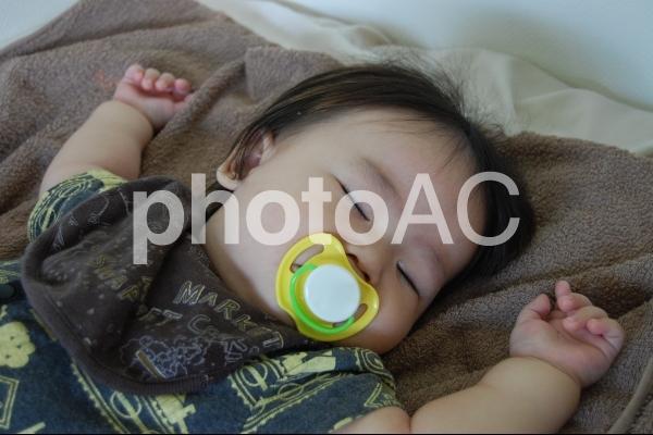 おしゃぶりをして眠る赤ちゃん 1の写真