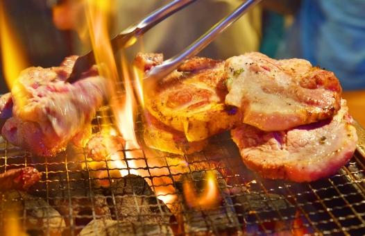 焼肉 豚 肉 炭火 炭 炎 網 バーベキュー イベント レストラン 集まり パーティー おいしい 美味しい 家族 友人 ジューシー タンパク質 栄養 健康 長寿 必須脂肪酸 エネルギー 燃焼 アルブミン アミノ酸 飽和脂肪酸
