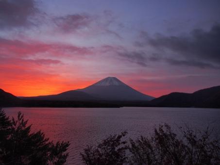 朝焼けの富士の写真