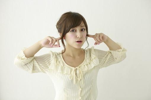 人物 日本人 女性 女の子 ポーズ  おすすめ 表情 若者 若い 20代  モデル かわいい チャーミング 美人 茶髪  白バック 白背景 屋内 スタジオ 上半身 耳 塞ぐ 騒音 うるさい 聞かない 雑音  mdjf006