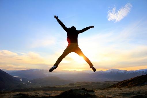 男性 空 青空 自然 冬 フライ 雲 山 夕日 夕焼け ジャンプ 一人 雪山 飛躍 逆行 躍動感 ヒカリ fly