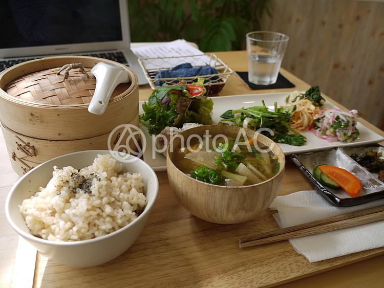 野菜たっぷりの食事の写真