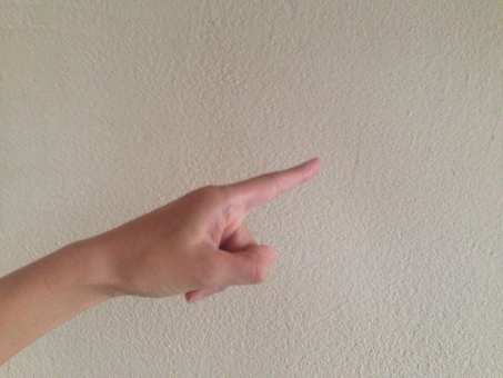 人差し指 ひとさし指 ひとさしゆび 人差指 ポイント 授業 プレゼン こちら 注目 あちら そちら 遠く 手 女性 男性 ボディパーツ からだ 体 腕 うで 手のひら てのひら 指 ゆび 手首 白 白い壁