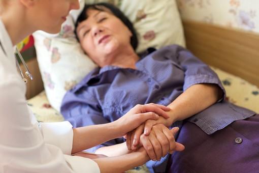 室内 屋内 外国人 老人 高齢者 女性 おばあさん おばあちゃん 患者 女医 白人 白衣 医師 医者 病院 病室 個室 家 自宅 寝室 ベッドルーム ベッド 寝る 横たわる 手を持つ 手を握る 診察 往診 訪問 訪問診療 mdfs016