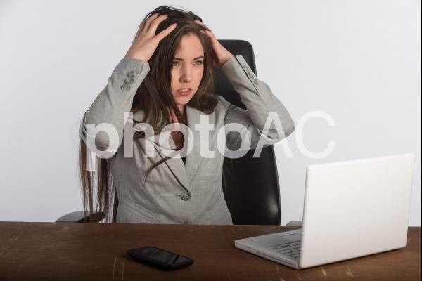 悩む女性5の写真