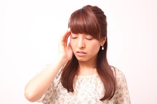 人 人間 人物 人物写真 ポートレート ポートレイト 女性 女 女の人 若い女性 女子 レディー 日本人 茶髪 ブラウンヘア セミロングヘア  白色 白背景 白バック ホワイトバック  手 指 ポーズ ショック 肘を曲げる 額に手 頭痛 頭が痛い 目をつぶる 目をつむる リラックス ふらつく めまい 目を閉じる 閉じる mdfj012