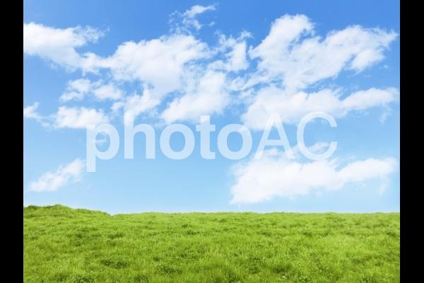 草原と青空と雲の写真