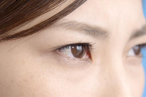人物 女性 日本人 若い 若者 20代 顔 クローズアップ アップ パーツ 目 瞳 まつ毛 眉毛 眉 目力 眼差し まなざし 見つめる 真剣 真面目 まじめ シリアス 鋭い 二重  mdjf013