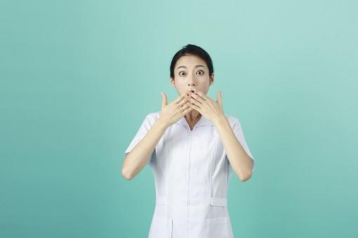 人物 女性 日本人 20代 30代   仕事 職業 医療 病院 看護師  ナース 医者 医師 女医 薬剤師  白衣 看護 屋内 スタジオ撮影 背景  グリーンバック おすすめ ポーズ 上半身 口を押える ショック 驚く びっくり ビックリ mdjf010