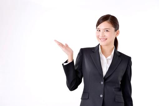 人物 日本人 女性 若い 若者  20代 スーツ 就職活動 就活 就活生  社会人 OL ビジネス 新社会人 新入社員  フレッシュマン 面接 真面目 清楚 屋内  白バック 白背景 上半身 案内 説明 ガイド 笑顔 ポーズ ビジネスマン mdjf007