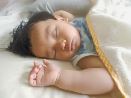 お昼寝中の子供の写真