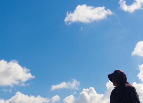 老人 元気 青空 雲 横 コピースペース 女性 老婆 ばあちゃん おばあさん 祖母 自立 介護 介護保険 雲 明るい 将来 未来 資料 プレゼン 青 老婆 影 空 後期高齢者