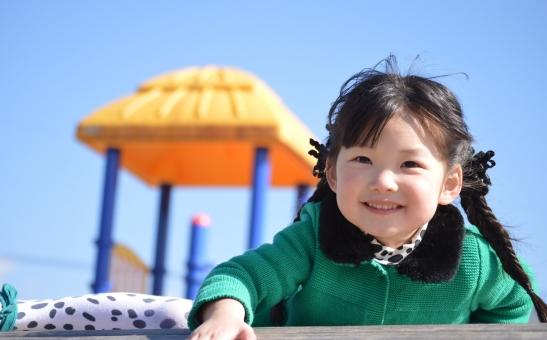 子供 子ども こども 公園 女の子 日本人 笑顔 可愛い 遊ぶ 楽しい mdfk023
