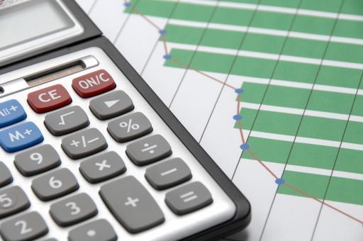 ビジネス グラフ チャート 計算機 電卓 成長 会議 資料 ミーティング 仕事 会社 コンサルタント コンサルティング 経済 経営 マーケテイング 計算