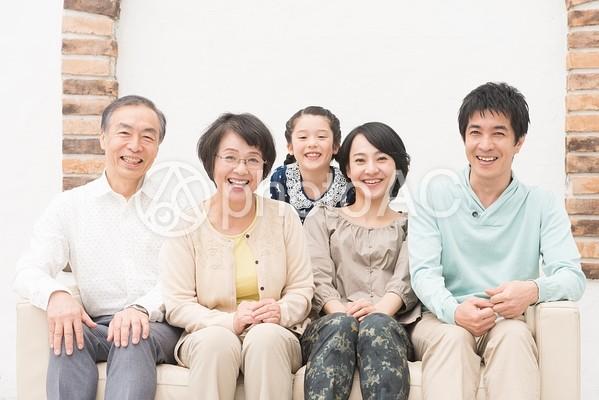 仲良し三世代家族(ソファ)3の写真