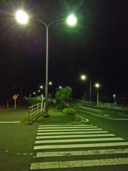 真夜中 夜 道路 住宅街 街灯 風景 無機質 横断歩道 車道 歩道 幻想的な風景