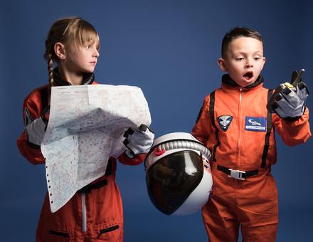 背景 ダーク ネイビー 紺 子ども こども 子供 2人 ふたり 二人 男 男児 男の子 女 女児 女の子 児童 宇宙服 宇宙 服 スペース スペースシャトル 宇宙飛行士 飛行士 オレンジ 希望 夢 将来 未来 体験 職業体験 職業 小道具 小物 ヘルメット 抱える 調べる 調査 地図 道 距離 目的地 無線 無線機 通信 虫めがね びっくり ビックリ 驚き 驚愕 外国人  mdmk009 mdfk045