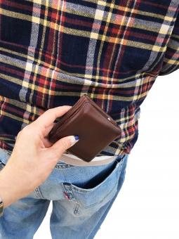 スリ 擦り 犯罪 窃盗 盗難 盗む ポケット 男性 ジーンズ Gパン チェックシャツ 女性の手 財布 茶色のサイフ 盗難届け 警察 通報 パーツ 交番 コピースペース