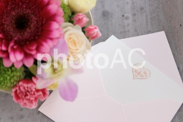 花とカードの写真