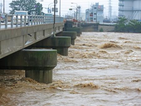 濁流 水 濁った 豪雨 雨 大雨 川 河川 橋 橋梁 天候 天気 洪水 水害 激流 災害 土砂 氾濫 急流 勢い 台風 鉄砲水 集中豪雨 危険