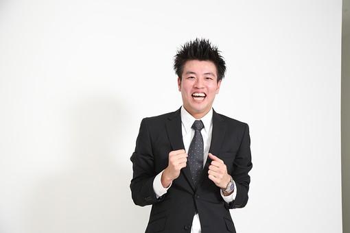 ビジネス 仕事 会社 ビル 建物 建築 建築物 壁 白い 部屋 サラリーマン ビジネスマン 会社員 男性社員 男性 男の人 成人 20代 スーツ ポーズ ガッツポーズ 握りこぶし 喜ぶ 感情表現 カメラ目線 白背景 影 室内 屋内 日本人 人物  mdjm003