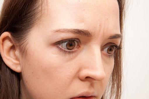 人物 人 人間 女性 白人女性 外国人 レディ 婦人 ロングヘア ブラウンヘア おでこ 額 センター分け  人物写真 ポートレート ポートレイト イギリス人  ジャケット 黒ジャケット  白背景 白バック ホワイトバック ショック 眉間に皺 不機嫌 見開く アップ 顔 驚く mdff002