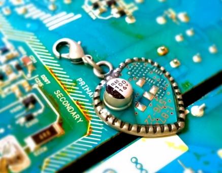 コンピューター ユニバーサル データ チャーム メカ チップ 手作り パーツ 回路 金属 電気 配線 プログラム 工作 デジタル アナログ IC 分解 電圧 電源 科学 サイエンス ロボット マイクロ モジュール フレキシブル ハンダ マトリックス マイコン アンドロイド