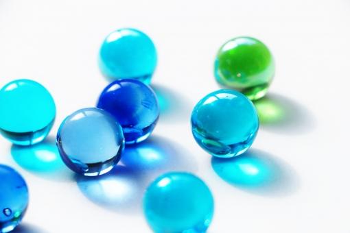 ビー玉 びー玉 青 青色 水色 空色 青い ブルー blue green 緑 緑色 透き通る 硝子 おもちゃ 玩具 オモチャ ガラス ガラス細工 硝子細工 光 陽射し 日差し 影 色 カラー collar 軽い 丸い 転がる ころころ コロコロ まん丸 まるい まんまる 光る キレイ 綺麗 きれい おしゃれ オシャレ お洒落 かわいい 可愛い カワイイ 物 小物 雑貨 壁紙 背景 テクスチャ 素材 キラキラ きらきら