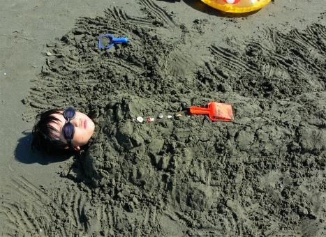 砂風呂 ビーチ 砂浜 子供 子ども 暖かい 気持ちいい 小学生 少年 男の子 ゴーグル ユニーク 夏 夏休み 旅行 家族旅行 砂遊び 海水浴 海